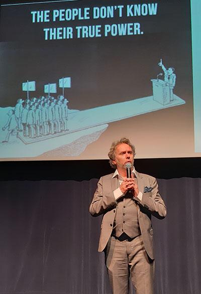 Jean-François Hadida devant une de ses diapositives imagées...